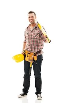 Trabalhador da construção civil sorridente com ferramenta de trabalho