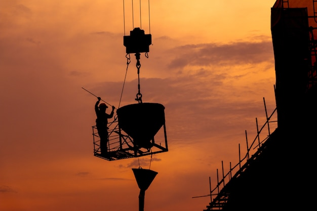 Trabalhador da construção civil trabalhando em um canteiro de obras