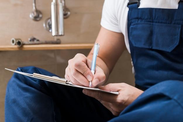 Trabalhador da cultura escrevendo no papel