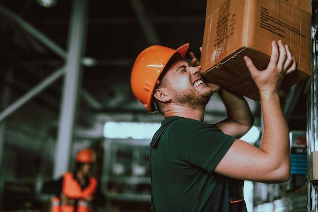 Trabalhador de armazém caiu caixa pesada