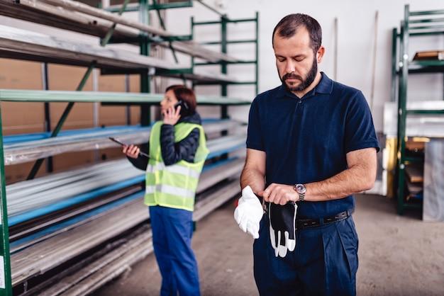 Trabalhador de armazém, calçar luvas de proteção