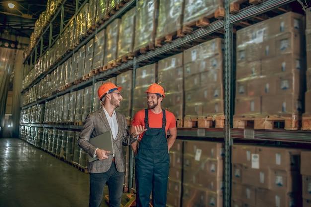 Trabalhador de armazém com capacete