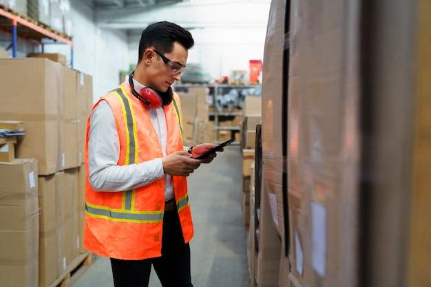 Trabalhador de armazém com tablet