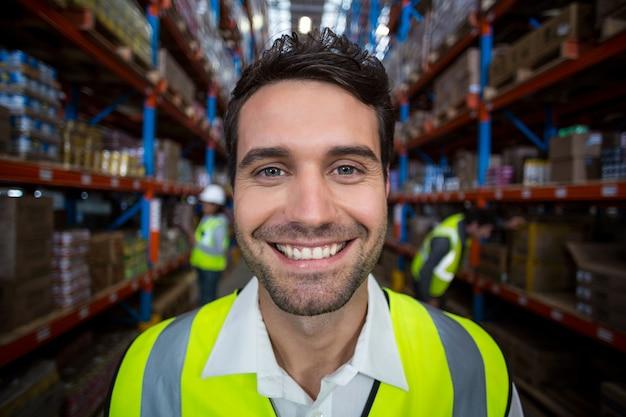 Trabalhador de armazém feliz segurando a área de transferência
