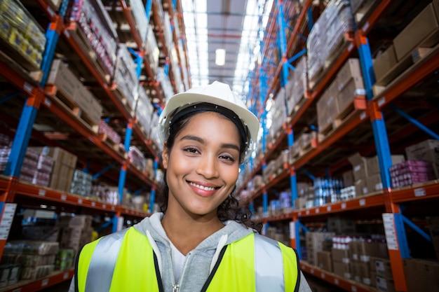 Trabalhador de armazém feminino feliz