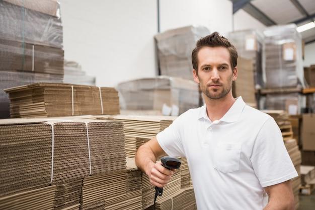 Trabalhador de armazém grave que segura o scanner