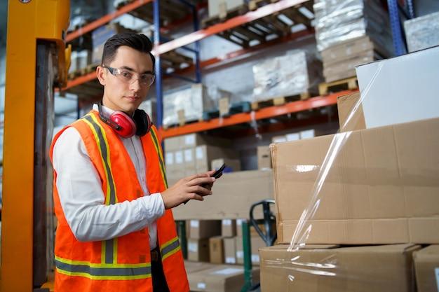 Trabalhador de armazém logístico