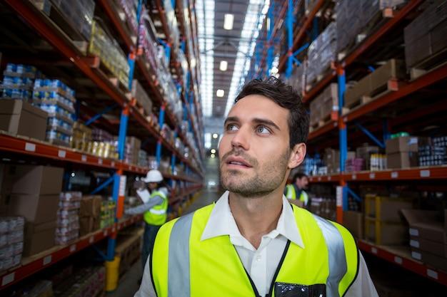 Trabalhador de armazém olhando pacotes