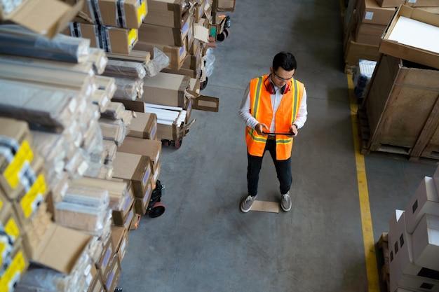 Trabalhador de armazém olhando para um tablet