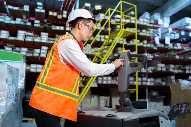 Trabalhador de armazém opera um carregador de paletes