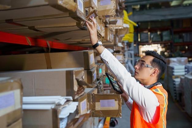 Trabalhador de armazém procurando mercadorias