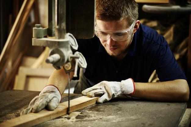 Trabalhador de artesão que trabalha na oficina