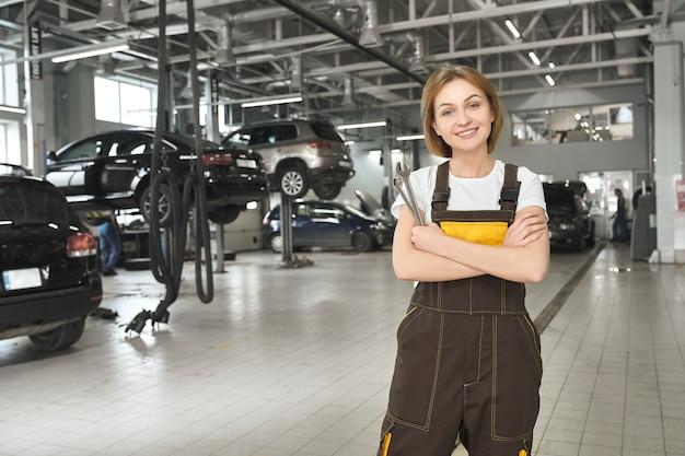 Trabalhador de autosserviço profissional e moderno de pé