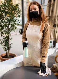Trabalhador de cafeteria desinfetando