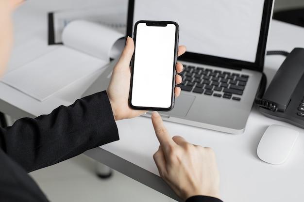 Trabalhador de close-up segurando um celular