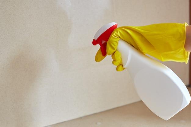 Trabalhador de controle de pragas de pulverização de pesticidas dentro de casa
