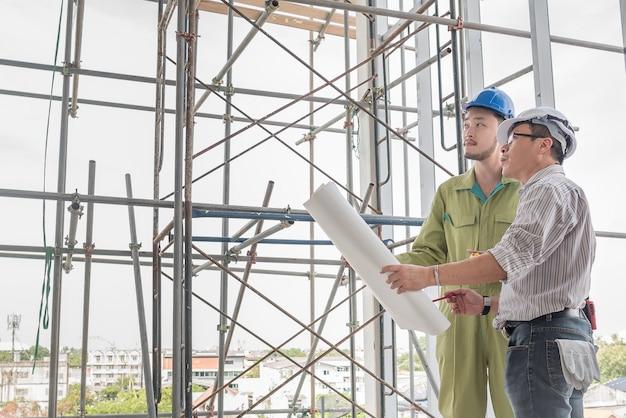 Trabalhador de controle superior do coordenador de construção no estaleiro.