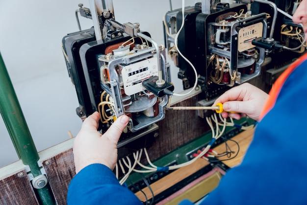 Trabalhador de eletricista, verificando os medidores de eletricidade. equipamento elétrico.
