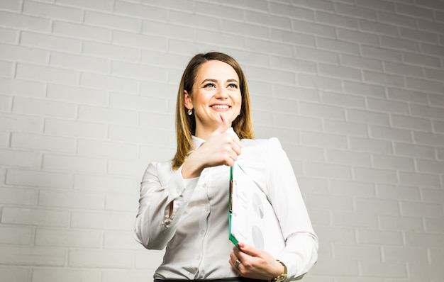 Trabalhador de escritório alegre mostrando os polegares. conceito de liderança e sucesso
