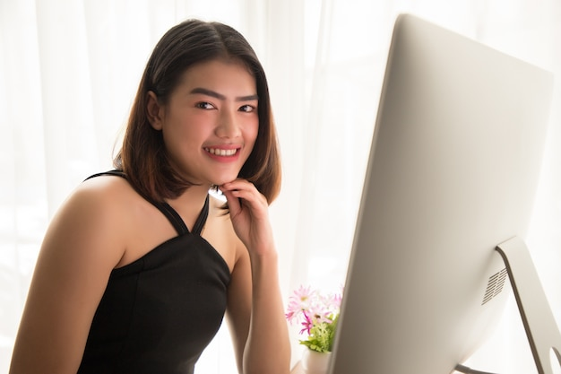 Trabalhador de escritório atraente sentado na mesa