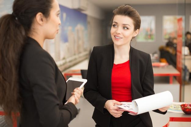 Trabalhador de escritório bonito falando com o colega