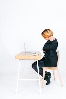Trabalhador de escritório cansado com dor