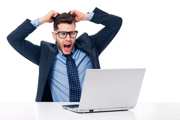Trabalhador de escritório chocado