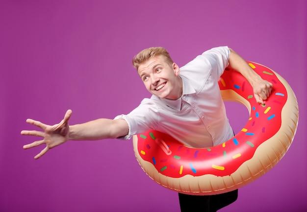 Trabalhador de escritório com círculo de natação quer para férias