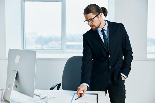 Trabalhador de escritório com óculos, autoconfiança, chefe do trabalho