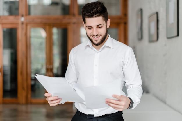Trabalhador de escritório com papéis no escritório