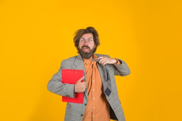Trabalhador de escritório confuso empresário com bloco de notas ceo barbudo empresário no escritório de terno