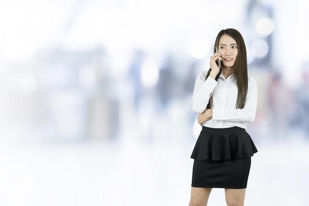 Trabalhador de escritório da mulher de negócio que comunica-se com o telefone móvel.