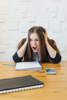 Trabalhador de escritório de aluno / professor em apuros. mãos levantadas perto da cabeça e gritando, emoções humanas negativas, rosto cheio de cicatrizes de raiva.