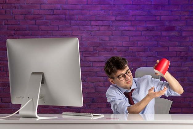 Trabalhador de escritório de frente atrás de uma mesa de escritório
