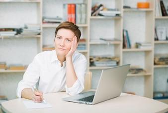 Trabalhador de escritório de mulher está chateado e dor mantém para cabeça saúde sensação doença fadiga