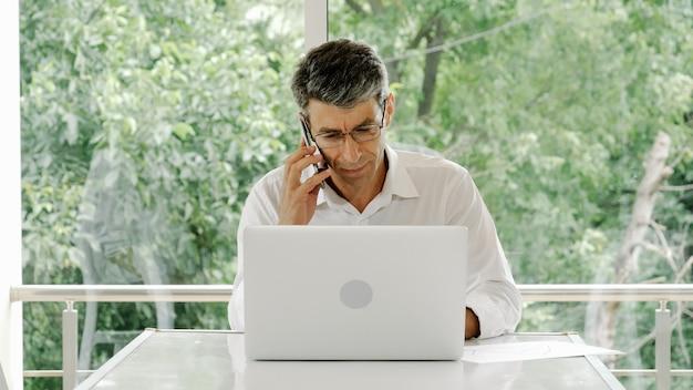 Trabalhador de escritório, empresário usa um laptop