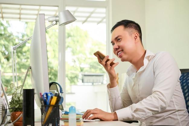 Trabalhador de escritório falando ao telefone