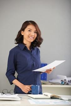 Trabalhador de escritório feminino bonito