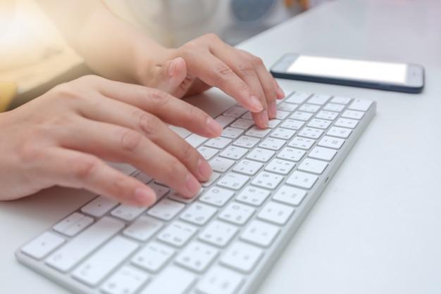 Trabalhador de escritório feminino digitando no teclado