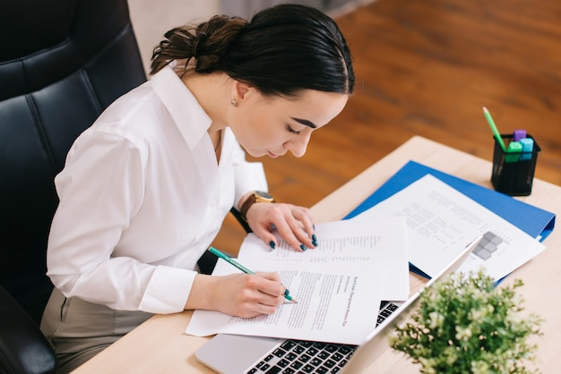 Trabalhador de escritório feminino, visualização de documentos no local de trabalho