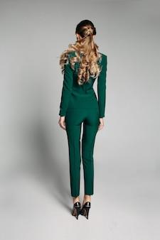 Trabalhador de escritório irreconhecível em terno magro verde com cabelo em tai