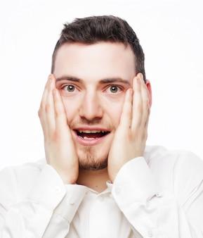 Trabalhador de escritório jovem louco por estresse gritando