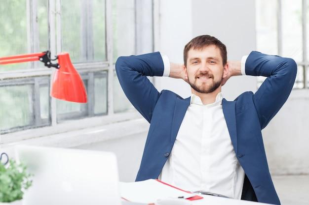 Trabalhador de escritório masculino descansando