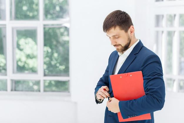 Trabalhador de escritório masculino