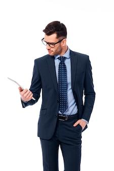 Trabalhador de escritório muito ocupado olhando para o tablet