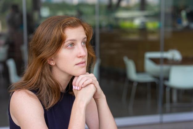 Trabalhador de escritório pensativo, aproveitando a pausa