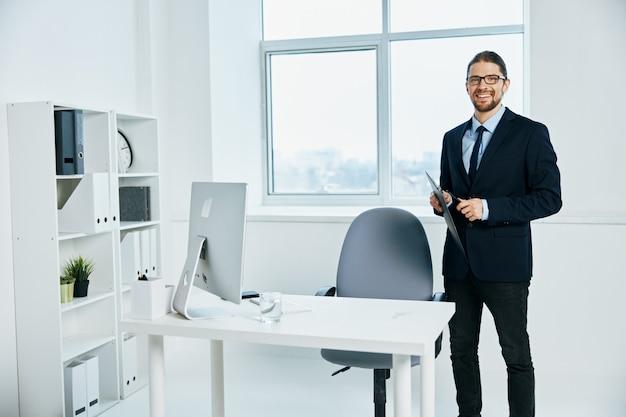 Trabalhador de escritório perto do computador desktop do processo de trabalho