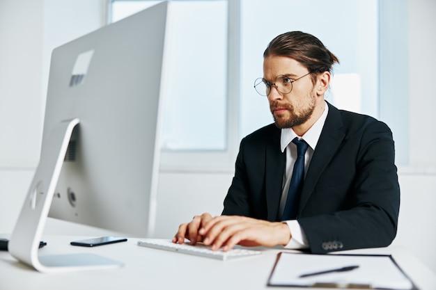 Trabalhador de escritório perto do estilo de vida do computador desktop