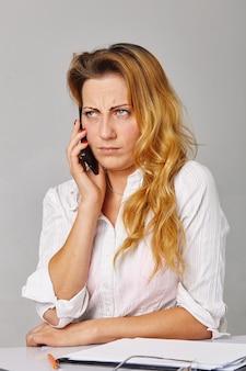 Trabalhador de escritório recebendo más notícias pelo telefone