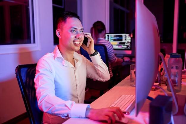 Trabalhador de escritório tem um telefonema no escritório